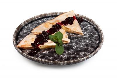 Сырная тортилья под ягодным соусом 200/30г